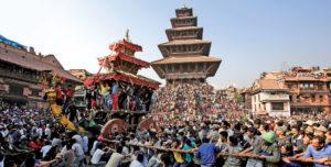 Carri Nepalesi in processione al festival di Bisket Jatra