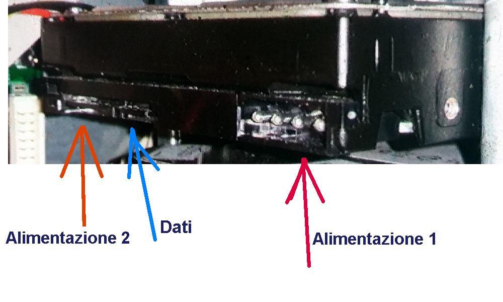Hard disk di tipo SATA che porta anche il connetore dell'alimentazione del tipo EIDE (ANNO 2009)