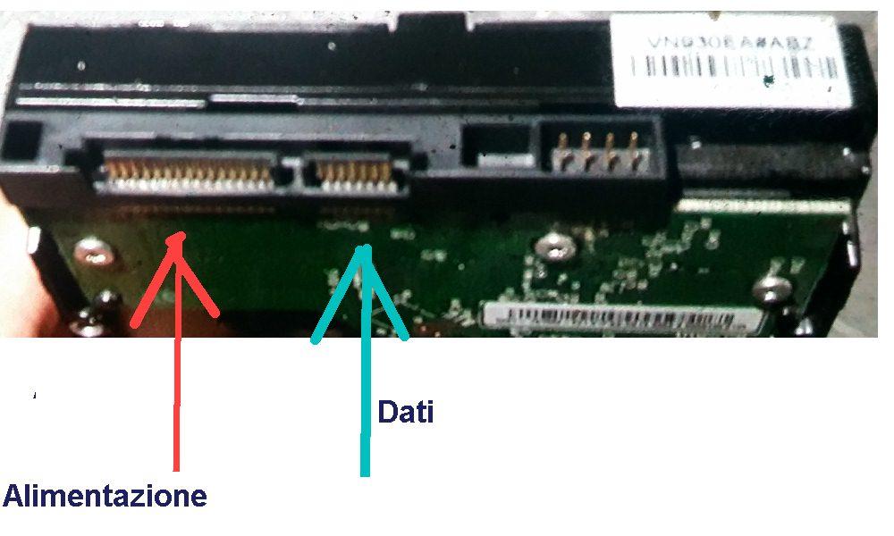 Hard disk di tipo SATA con il rispettivo connettore di aliemetnazione