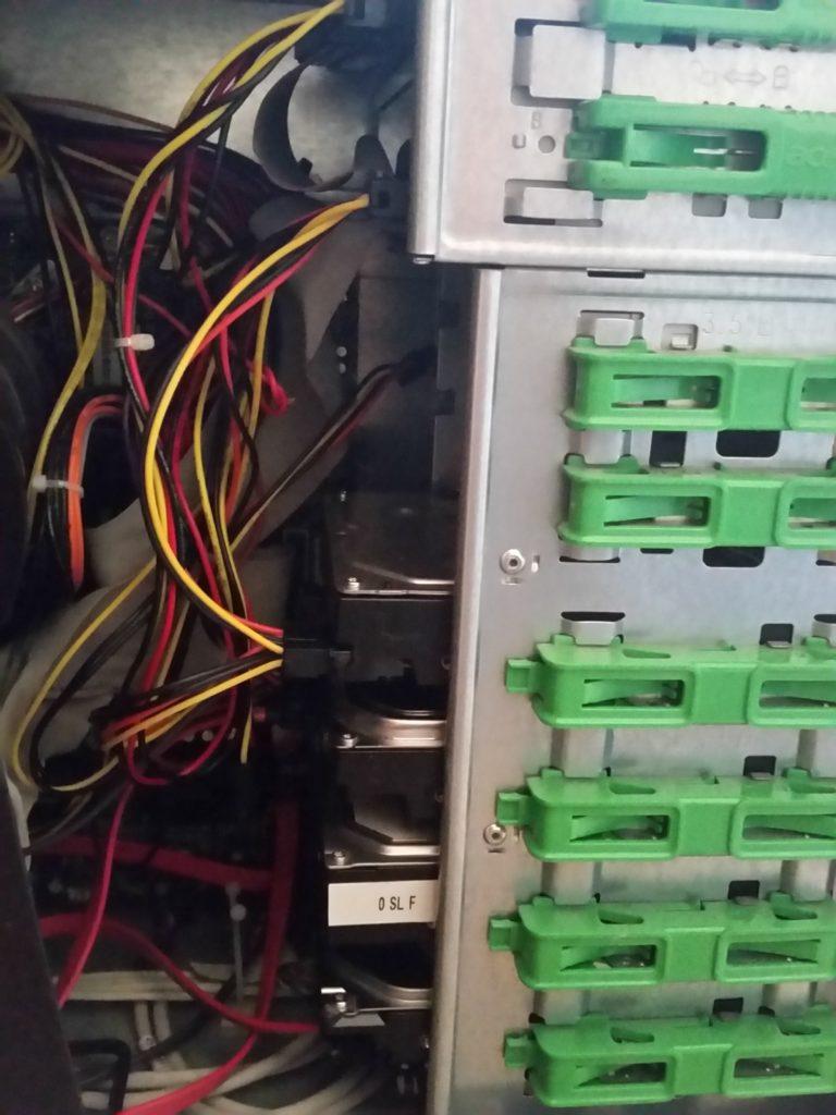 Vista laterale della torre del computer con 4 hard disks inseriti negli appositi alloggiamenti (il 5° è fuori dal campo della fotografia )