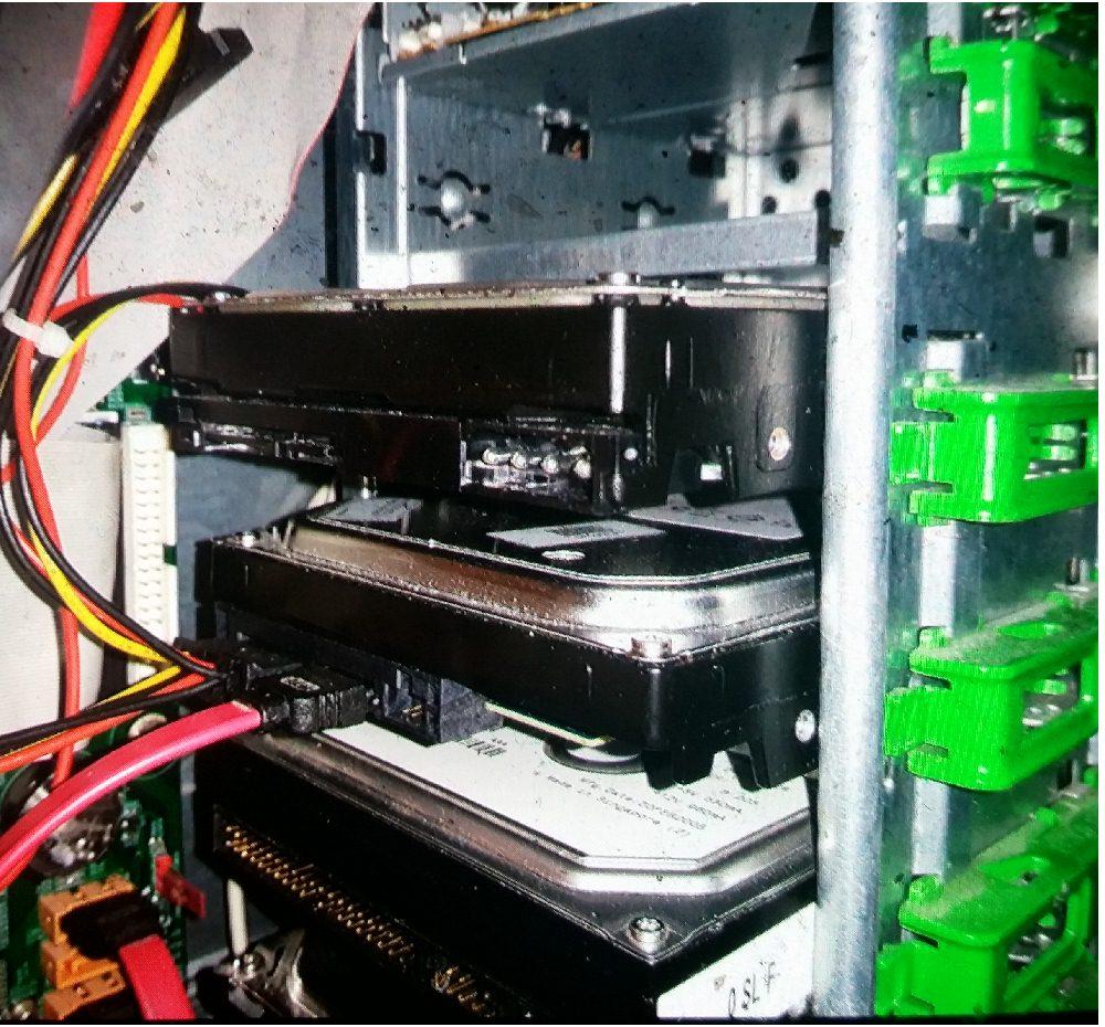 Vista laterale della torre del computer con 4 hard disks ed i cavi (il 5° è fuori dal campo della fotografia)