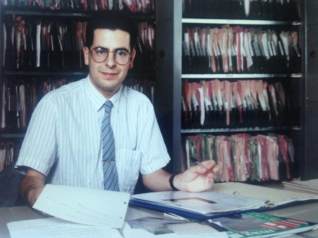 Foto di Nick Pope. Nick Pope nel suo ufficio al MoD nel 1993.